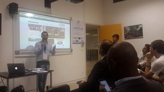 """مؤسس """"مدونات عربية"""" زياد معلوف مقدماً المشروع خلال ورشة عمل عن منصات التدوين"""